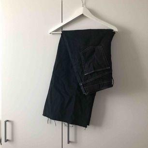 Mått- W32 L32. Snygga svarta utsvängda jeans med vita sömmar från Urban Outfitters. Korta i längden.