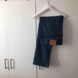 Mått- W34 L30 LEVIS 501. Mörkblåa jeans i bra skick.