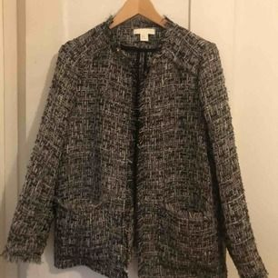Tweed jacka, H&M. Svart, glittrig. Mycket Chanel-känsla.