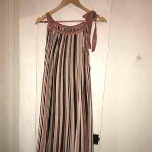 Underbar, stickad, glittrig klänning. Lindex.