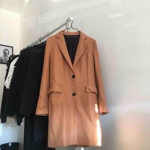 Aldrig använd kappa från Zara köpt för tusenlappen i våras. Obs axelvaddarna är uttagna!