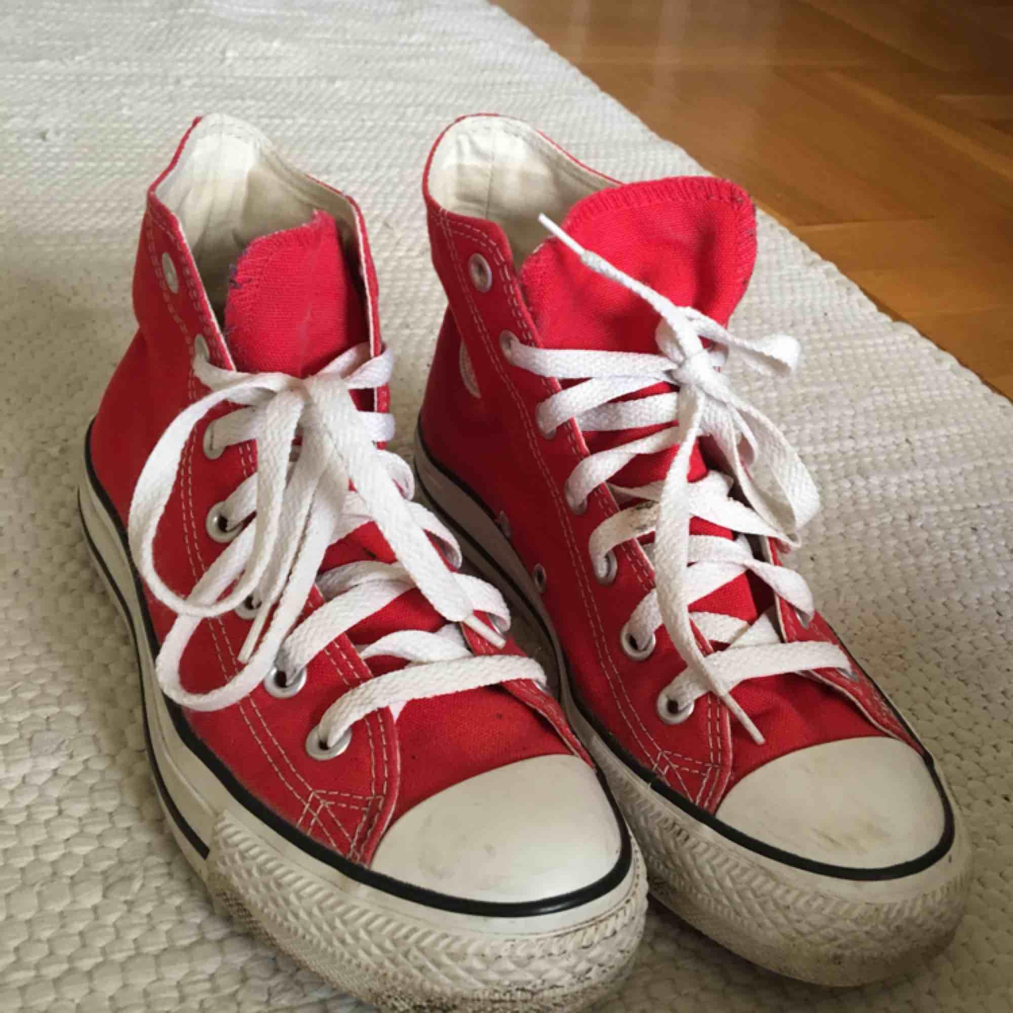 c94cf33ec32 Höga röda converse i storlek 38, frakt inräknat i priset <3 . Skor.