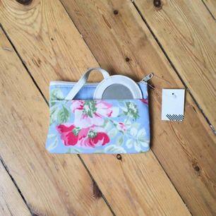 Helt ny sminkväska med spegel i vackert blommigt mönster, liknande Cath Kidston. Från London.  Har Swish. Kan skickas. Djurfritt & rökfritt hem.