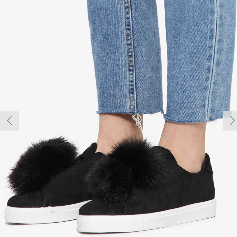 Bianco POMPOM skor storlek 37. Använda fåtal gånger, ska lägga upp egna bilder! Nypris 699 kr Det går att ta bort pälsbollarna så att de bara blir svarta enkla sneakers. . Skor.