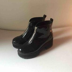 glansiga boots i skinnimitation från asos! använda ett par gånger, lite små märken men inget som syns om man inte kollar väldigt noga. står storlek 6 (39) i men tkr de är lite små i storlek så mer som 38,5!