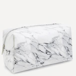 Helt ny necessär i vit marmor! Nypriset 199 kr inkl frakt.