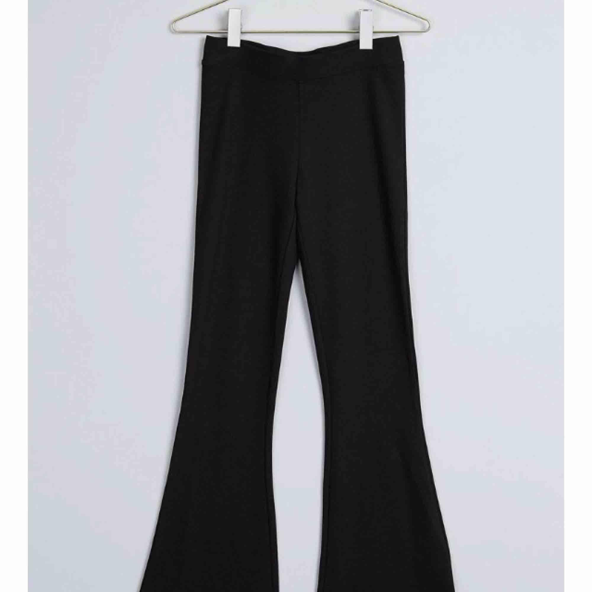 Utsvänga byxor från Gina tricot, köpt föra året. Den är i tjockare material. Passar xs-s. Endast använd 1 gång inom hus . Jeans & Byxor.