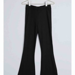 Utsvänga byxor från Gina tricot, köpt föra året. Den är i tjockare material. Passar xs-s. Endast använd 1 gång inom hus