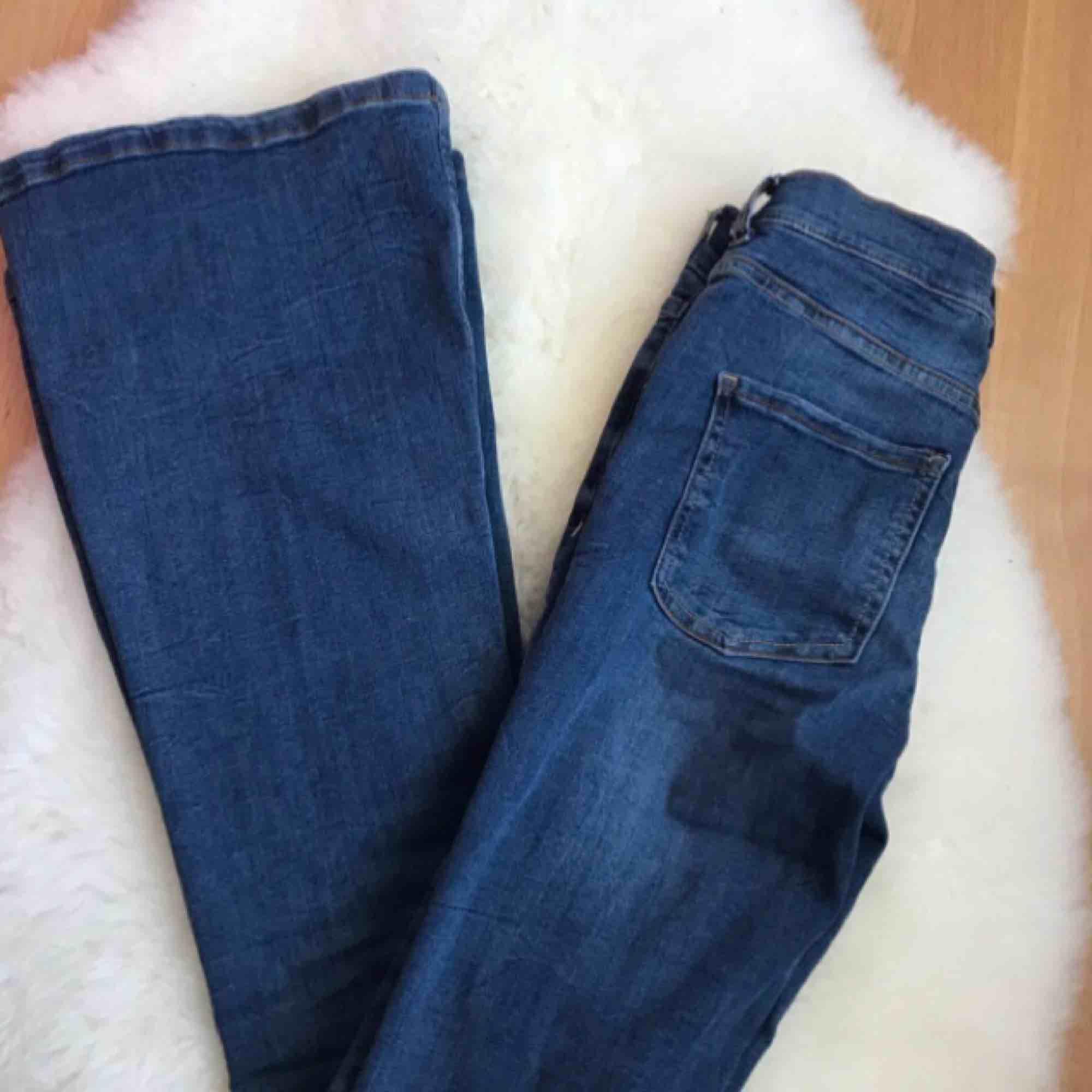 Bootcut/flare jeans, endast testad. Passar xs-s och någon med längden 30-32. . Jeans & Byxor.