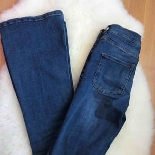 Bootcut/flare jeans, endast testad. Passar xs-s och någon med längden 30-32.