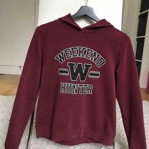 Säljer min vinröda hoodie från Gina Tricot. Har använt tröjan endast ett par gånger så den är i väldigt bra skick! Storlek: XS men passar även S Möts upp i Stockholm, annars står köparen för frakten :)