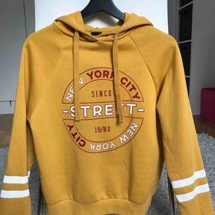 Säljer min gula hoodie från Gina Tricot. Tröjan är knappt använd och i jätte fint skick!  Storlek: XS men passar även S Möts upp i Stockholm, annars står köparen för frakten :)