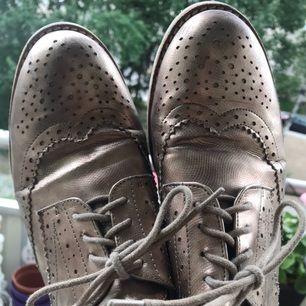 Guldiga snygga brouge skor. Använda men fräscha.