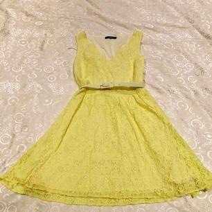 Gul klänning från Oasis. Bältet kan man ta bort. Knappt använd och i bra skick.