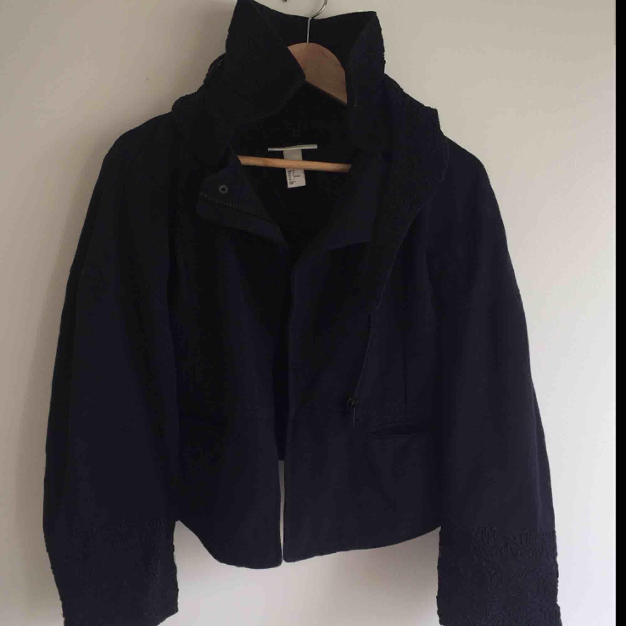 Broderad jacka/kappa/kofta från H&M Conscious Exclusive collection, använd men i fint skick! Storlek 34.. Jackor.