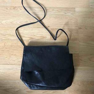 Äkta skinn/läderväska från COS. I nyskick, sparsamt använd. Kostade tusenlappen ny! Frakt tillkommer ✨