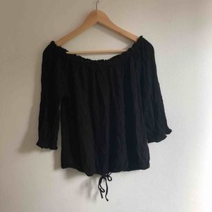 "Svart off shoulder ""blus""."