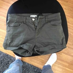 Militärgröna stretchiga shorts.