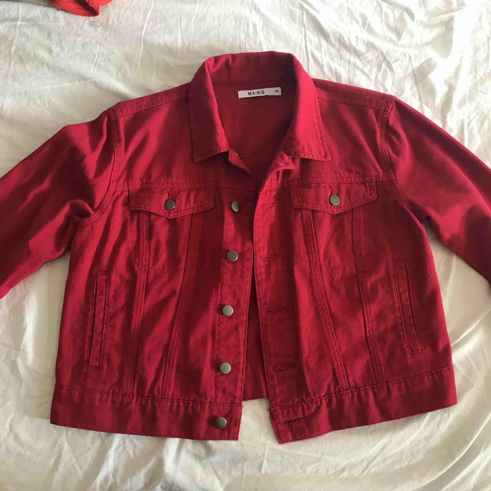 Snygg röd jeansjacka från NA-KD! Super skön, super snygg och aldrig använd! . Jackor.