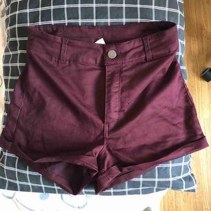 Ett par vinröda highwaistade shorts. Skulle snarare säga att de är 34 men det står 36