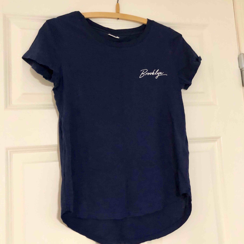 Säljer denna fina t-shirt då jag aldrig fick någon användning för den, det vill säga att den är oanvänd. Den är längre bak än vad den är fram, se första bilden. Väldigt fin. Betalas med swish och du som köpare står för frakt! ✨. T-shirts.