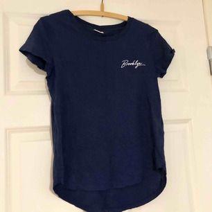 Säljer denna fina t-shirt då jag aldrig fick någon användning för den, det vill säga att den är oanvänd. Den är längre bak än vad den är fram, se första bilden. Väldigt fin. Betalas med swish och du som köpare står för frakt! ✨