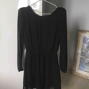 Superfin svart klänning från Bikbok. Säljer för har ingen användning utav den. Använd enstaka gånger, fint skick. (OBS, frakt ingår i priset!!)