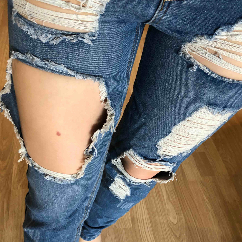Säljer dessa ursnygga boyfriend-jeans då de är för tighta för mig 😩 har endast använt dessa två gånger, så de är i jättefint skick! Hoppas att de hittar ett nytt hem. Betalas med swish och du som köpare står för frakt ✨. Jeans & Byxor.