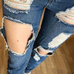 Säljer dessa ursnygga boyfriend-jeans då de är för tighta för mig 😩 har endast använt dessa två gånger, så de är i jättefint skick! Hoppas att de hittar ett nytt hem. Betalas med swish och du som köpare står för frakt ✨