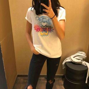 Kenzo T-shirt använd på tok för lite därav säljer jag den. (Har inte bråttom med att sälja)  Storlek M men liten i storlek.  Nypris 999kr köpt på Nk i Göteborg förra året sen sommaren.