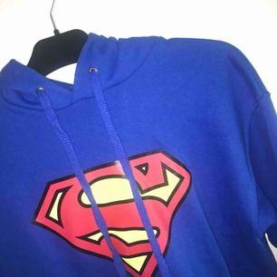 Säljer då min superman hoodie då jag inte har använt den och behöver pengarna ;( frakten är inräknad. Som ny, inga skador eller fläckar.