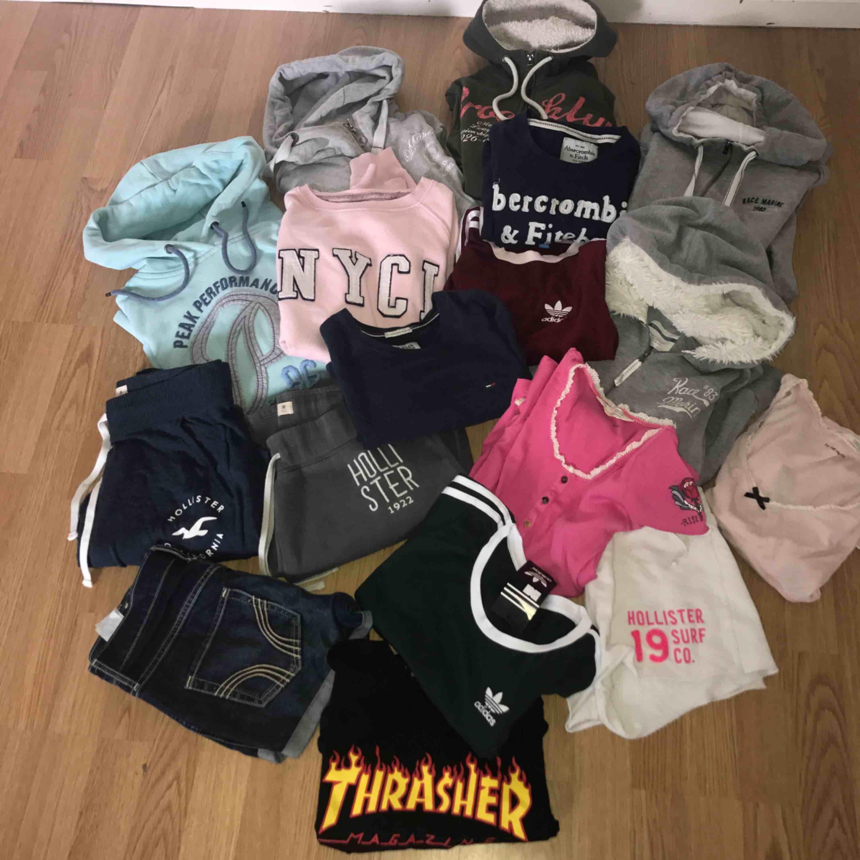 Olika märkesplagg  T-shirt  Mjukisbyxor Tjocktröja  Paketpris går att fixa  2 för 200kr  Fraktar eller möts upp !!! Thrasher  Oss molly  Race marine  Tommy hilfiger  HOLLISTER   . Huvtröjor & Träningströjor.