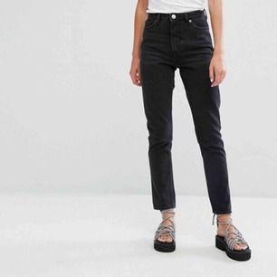 Svarta kimono jeans från Monki. Använd ett fåtal gånger så är i god kvalite. Frakt tillkommer