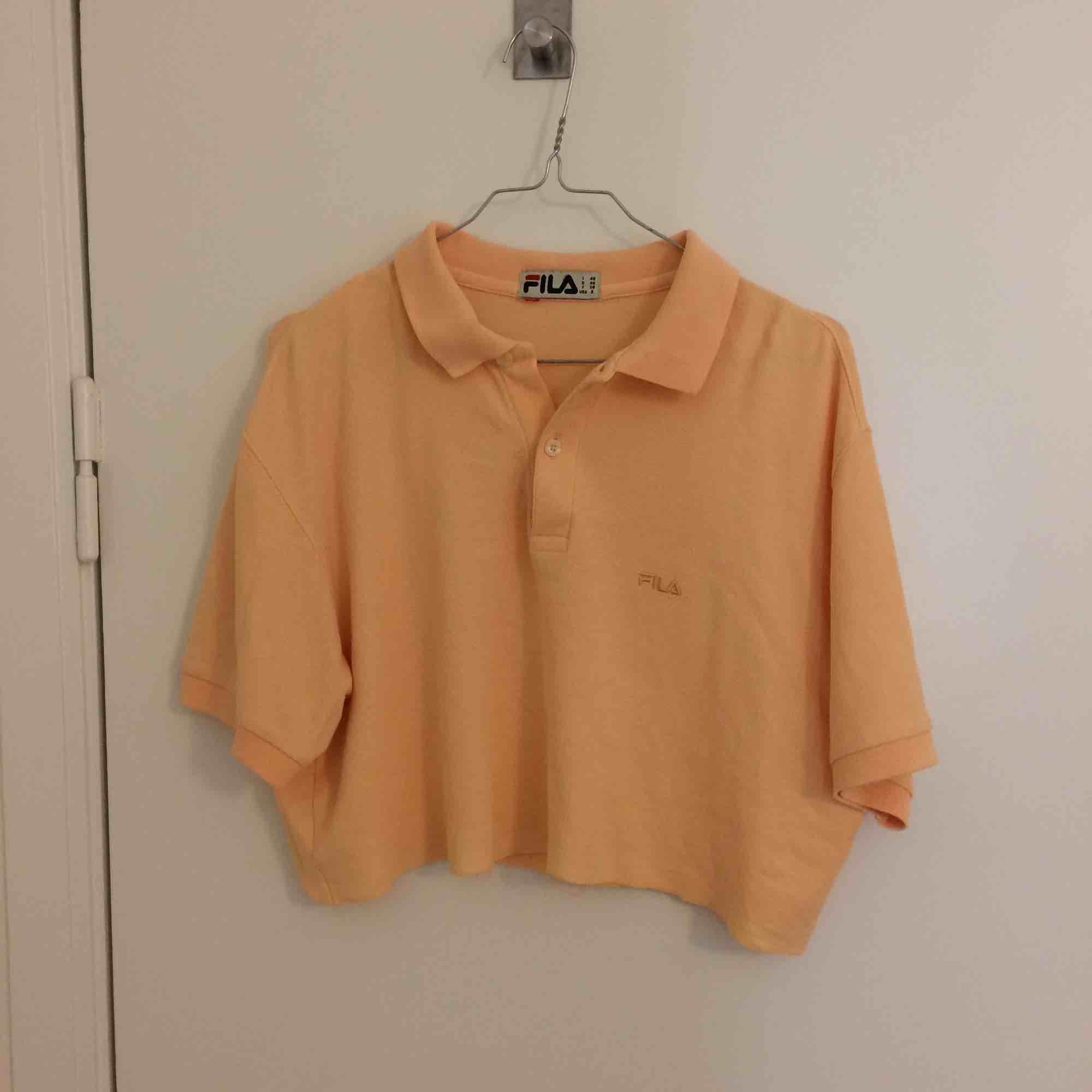 Superfin aprikosfärgad fila tröja köpt i second-hand butik. Tröjan är rätt kort. Älskar verkligen färgen! Frakt tillkommer.. Toppar.