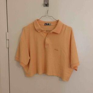 Superfin aprikosfärgad fila tröja köpt i second-hand butik. Tröjan är rätt kort. Älskar verkligen färgen! Frakt tillkommer.