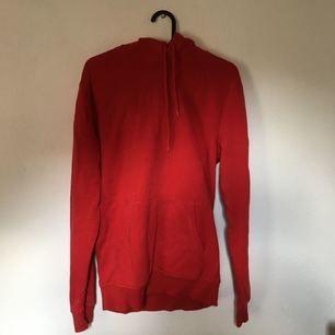 Röd hoodie från h&m. Skickas mot fraktkostnad!