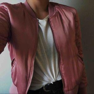 Använd ca 3-4 gånger! Väldigt cool och snygg glansig rosa bomberjacka. Säljer för den inte kom till användning så många gånger. Köpt för 299kr. Storlek 38 men passar mig som vanligt vis har 34