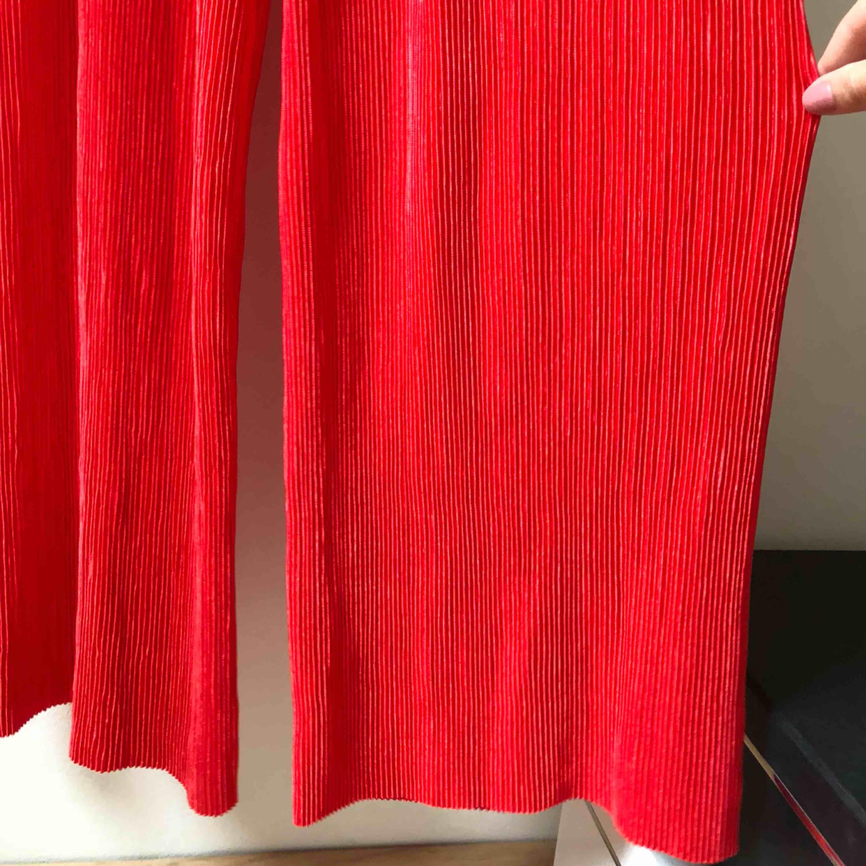 Ett par helt oanvända röda culotte - Gina Tricot Jeans   Byxor ... 09e40d09fc5f2