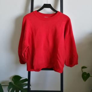Röd svinsnygg tröja från HM! Möts upp i Stockholm eller fraktar för ca 80kr.