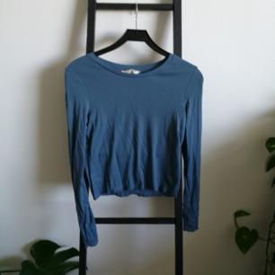 Basic blå tröja med volangkant. Fint skick, lite skrynklig bara!