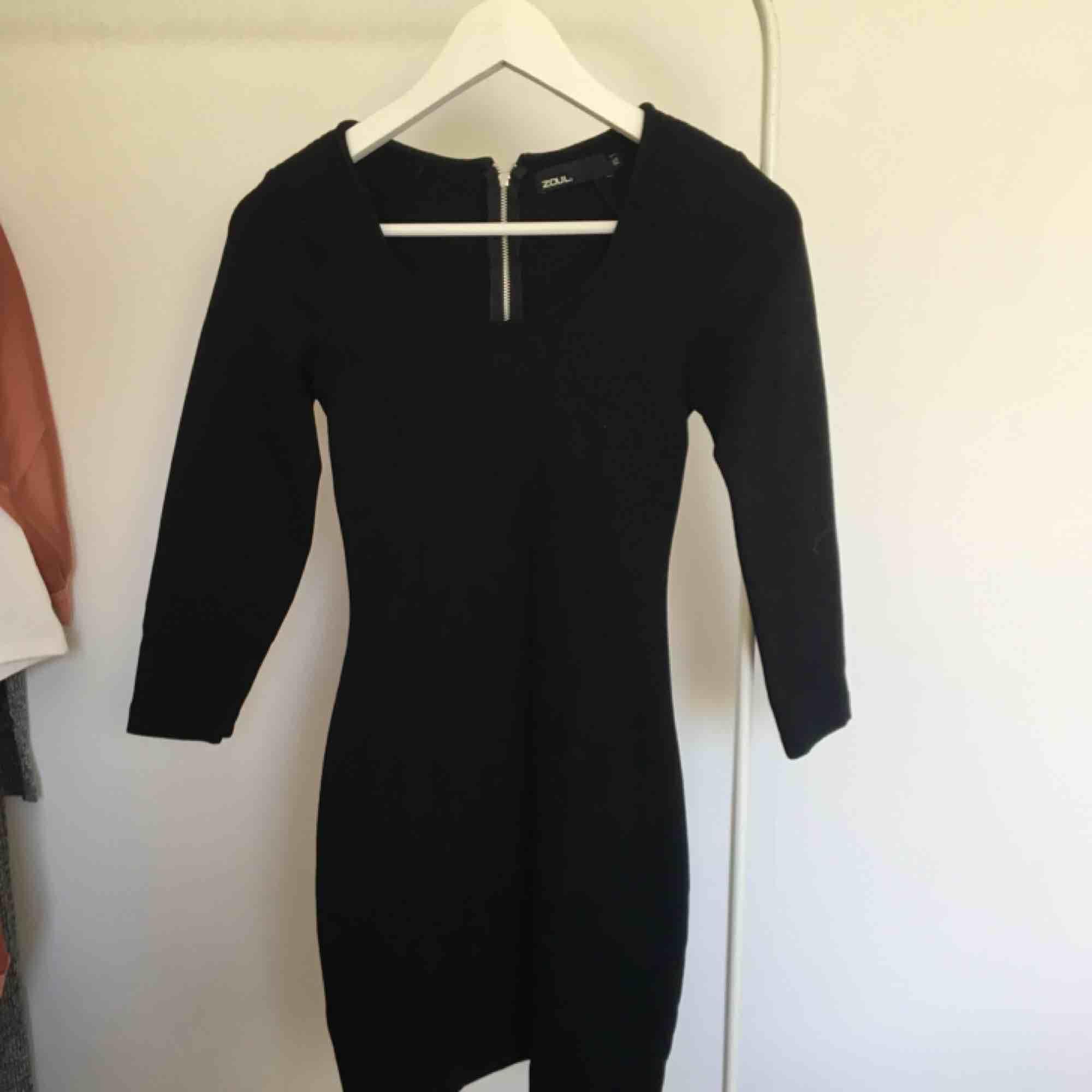 Tight svart klänning. 🌸 skickas mot frakt 45kr. 🌸 kolla gärna mina andra annonser 🌟. Klänningar.