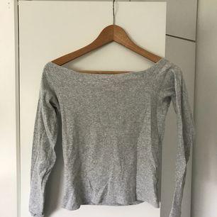 Super fin, tunn off shoulder tröja från BikBok. I storlek M men sitter som en XS/S, tog en M för längdens skull.