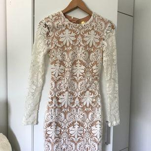 """Superfin spetsklänning från H&M som aldrig är använd. Den sitter rätt tajt och är lite längre än vanliga """"korta klänningar"""" man behöver ingen bh under då klänningen har ett lager i beige som är hyfsat tjockt."""