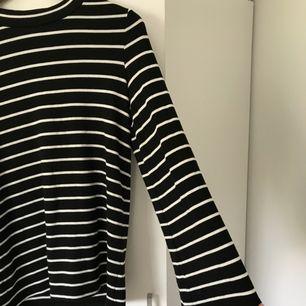 Fin randig tröja från Gina Tricot med utsvängda armar.