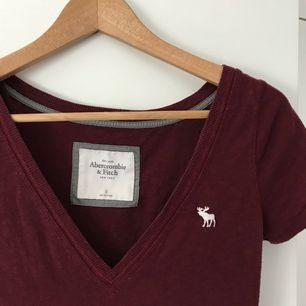 Lite längre vinröd T-shirt från Abercrombie & Fitch