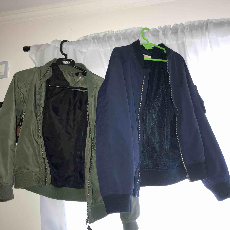 Knappt använda bombar jackor i bra skick från H&M,om man vill ha en av jackorna så blir det 100kr annars blir det paket pris 200kr om man vill ha båda (kontakta för mer info). Jackor.