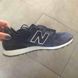 Mycket sparsamt använda skor från New Balance i fint skick. Färgen är blålila.