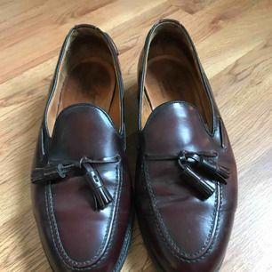 Vinröda loafers från England. Riktigt läder, mycket bra kvalité. Frakt tillkommer