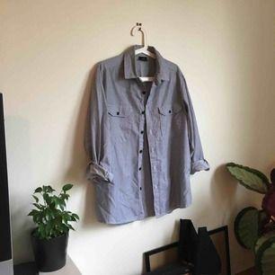 Randig skjorta från Pop-butik. Använd endast ett fåtal gånger.