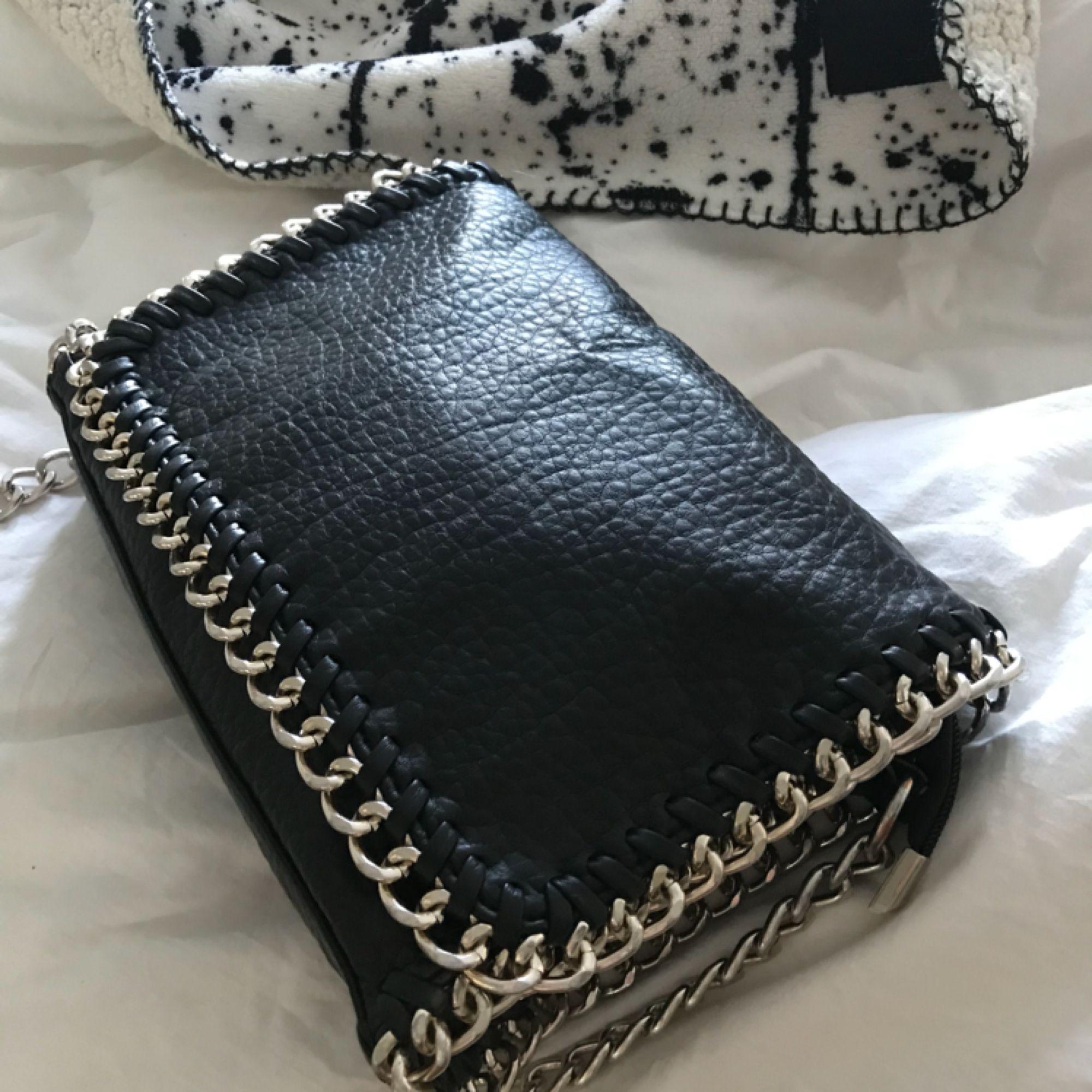 Säljer en stella mccartney lookalike från scorett! Trots att den länge varit en favorit i garderoben så är den är sparsamt använd och i mycket bra skick. Den kommer tyvärr inte till användning hos mig längre så hoppas att pärlan kan få ett nytt hem! . Väskor.